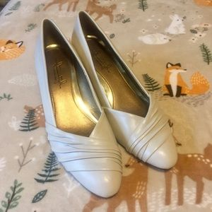 HUSH PUPPIES Soft Style Cream Pumps Size 8 NWOT